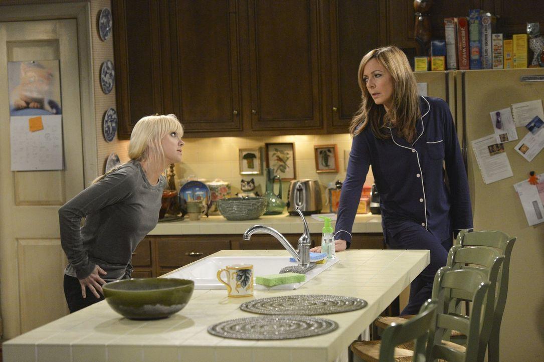 Christy (Anna Faris, l.) versucht dem bestürzenden Benehmen von Violet auf den Grund zu gehen, während sich Bonnie (Allison Janney, r.) auf die Such... - Bildquelle: Warner Bros. Television