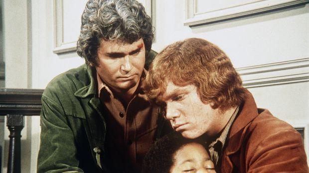 Voller Entsetzen halten Little Joe Cartwright (Michael Landon, l.) und Jamie...