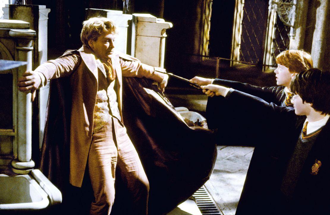 Ohne die Unterstützung von Gilderoy Lockhart (Kenneth Branagh, l.), Professor für die Abwehr der dunklen Künste, müssen Harry (Daniel Radcliffe, r.)... - Bildquelle: Warner Bros. Pictures