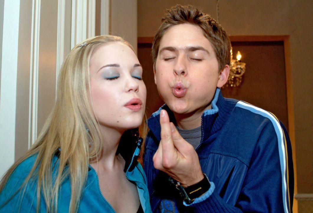 Kim (Lara-Isabelle Rentinck, l.) und Timo (Matthias Dietrich, r.) sind sehr verliebt und verabschieden sich ganz romantisch ... - Bildquelle: Monika Schürle Sat.1