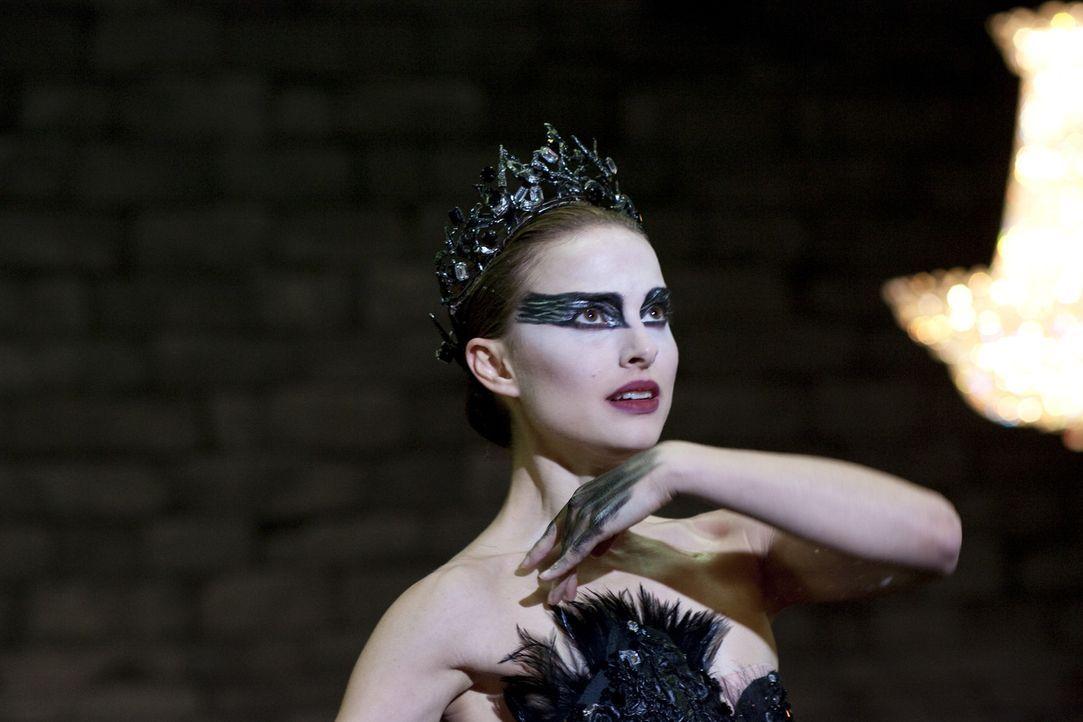 Während Ballerina Nina (Natalie Portman) die perfekte Besetzung für den weißen Schwan ist, muss sie für den Gegenpart der Figur lernen, loszulas... - Bildquelle: 20th Century Fox