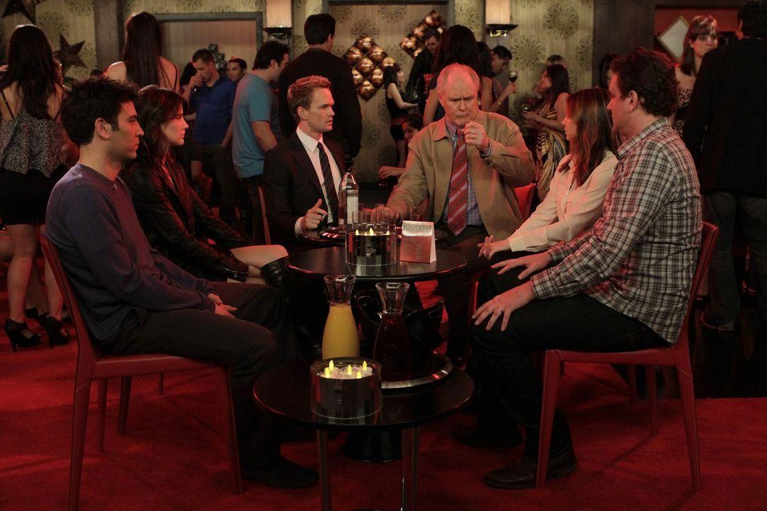Ein gemeinsamer Abend endet mit vielen Missverständnissen und einer Festnahme: Barney (Neil Patrick Harris, 3.v.l.), sein Vater Jerry (John Lithgow... - Bildquelle: 20th Century Fox International Television