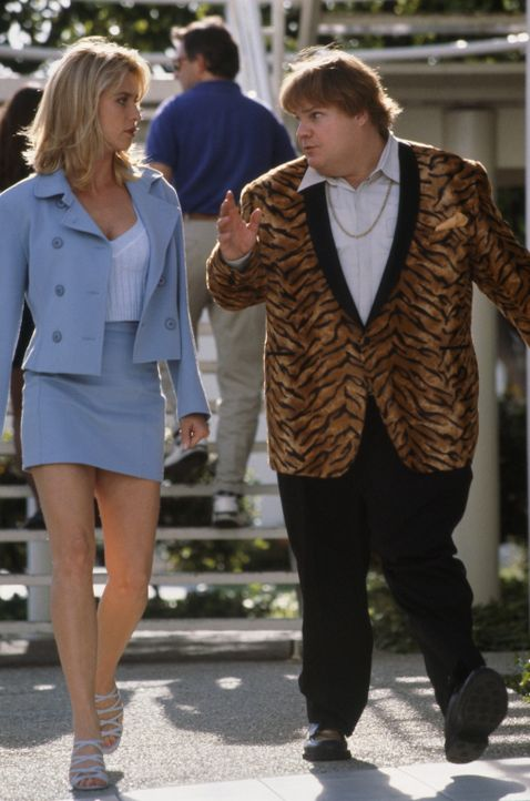 Die attraktive Allison Page (Nicolette Sheridan, l.) kann Haru (Chris Farley, r.) überreden, ihr gegen einen brutalen Gangsterboss beizustehen. Jed... - Bildquelle: 1997 TriStar Pictures, Inc. All Rights Reserved.