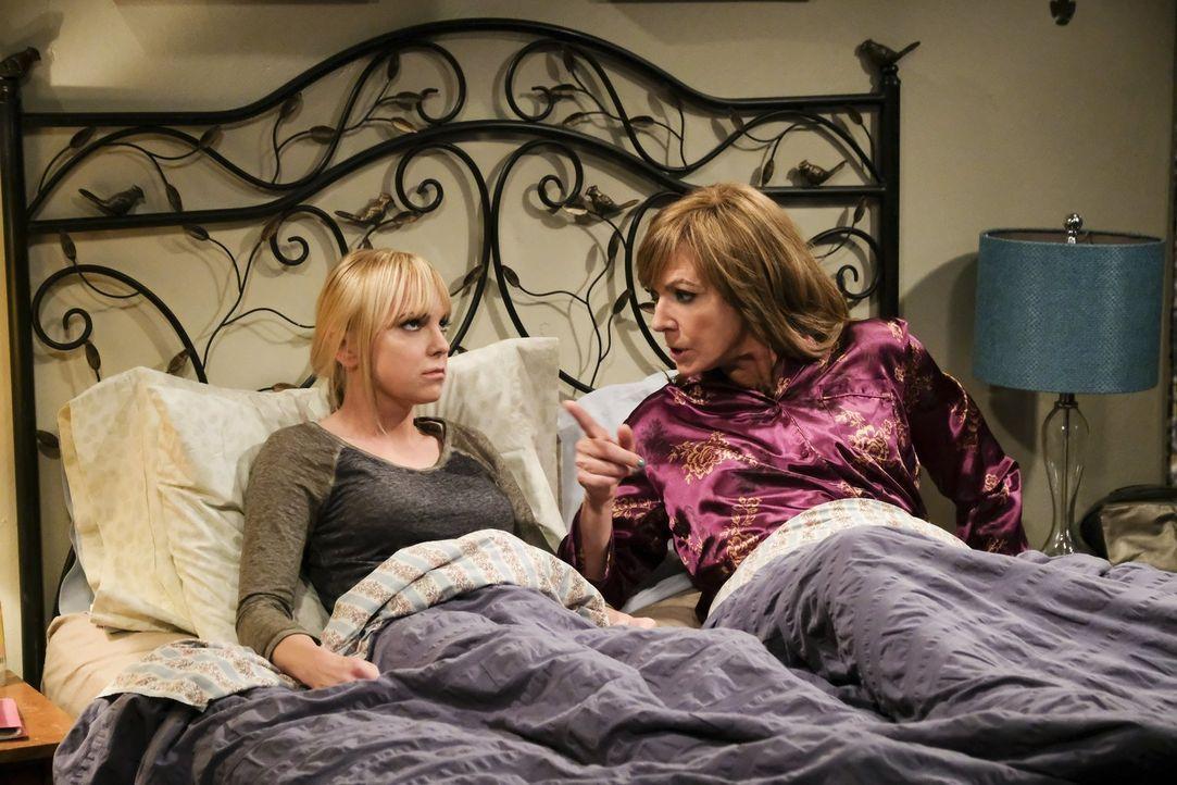 Christy (Anna Faris, l.) und Bonnie (Allison Janney, r.) machen bei der Suche nach dem Einbrecher eine erstaunliche Entdeckung ... - Bildquelle: 2017 Warner Bros.