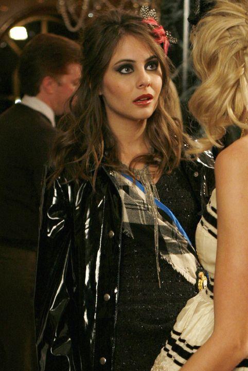 Während Agnes (Willa Holland) für Jenny eine Modenschau organisiert, lädt Serena Aaron zu einer ein. Doch als sie herausfindet, dass Aaron ein Gehei... - Bildquelle: Warner Bros. Television