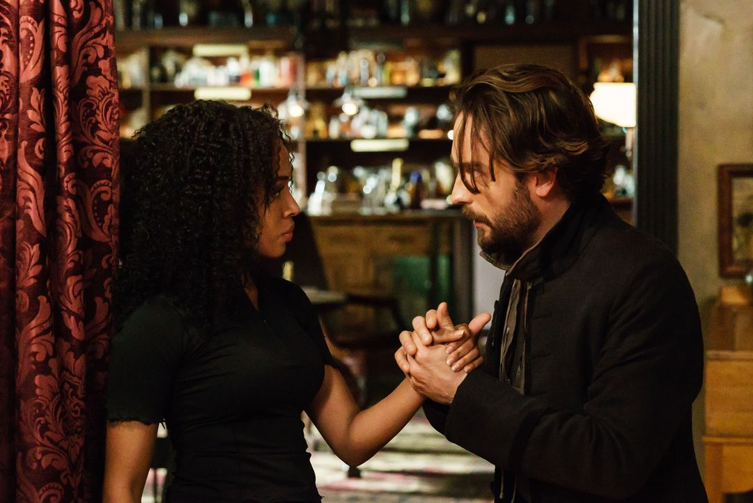 Wie weit würde Crane (Tom Mison, r.) für Abbie (Nicole Beharie, l.) gehen? - Bildquelle: 2015-2016 Fox and its related entities.  All rights reserved.
