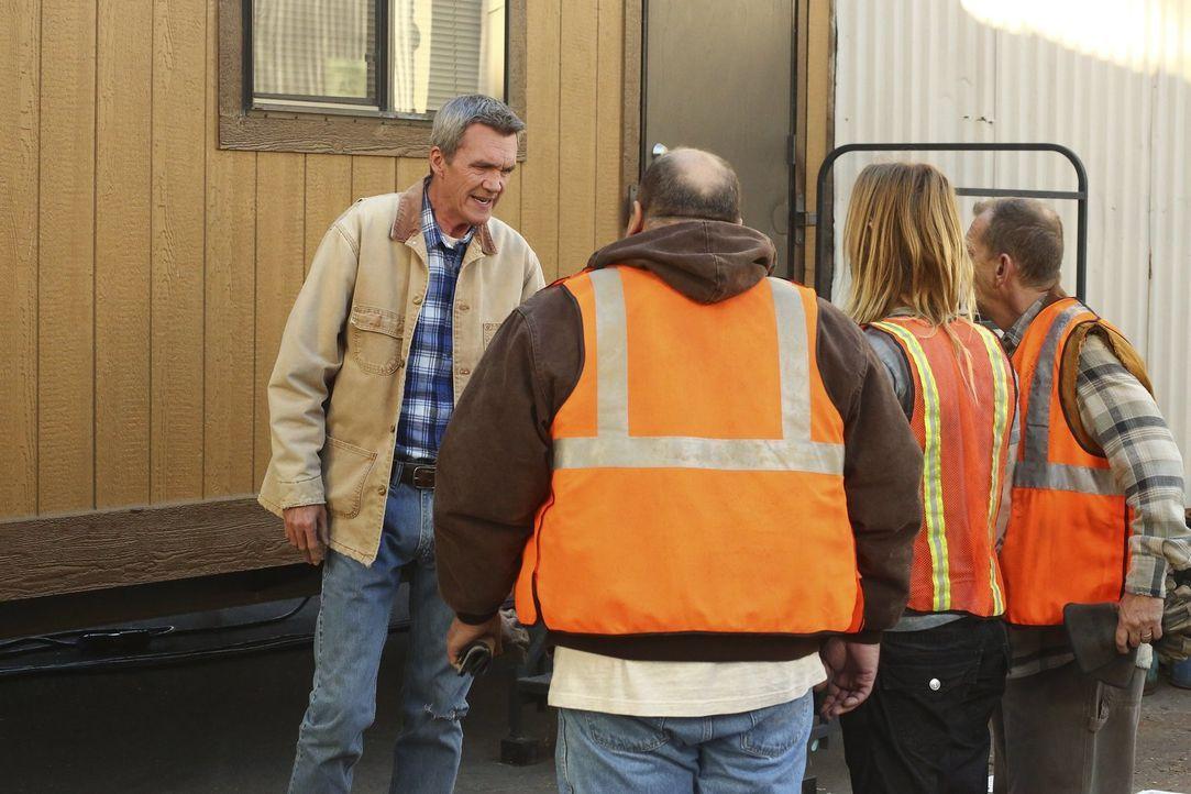 Mike (Neil Flynn, l.) passiert etwas Peinliches bei der Arbeit, was ihn bei den Kollegen zum Gesprächsthema macht ... - Bildquelle: Warner Bros.