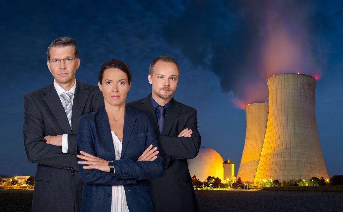 Die AKW-Sicherheitschefin Katja Wernecke (Ulrike Folkerts, M.) und der Kommunikationsberater Steffen Strathmann (Matthias Koeberlin, r.) versuchen v... - Bildquelle: SAT.1
