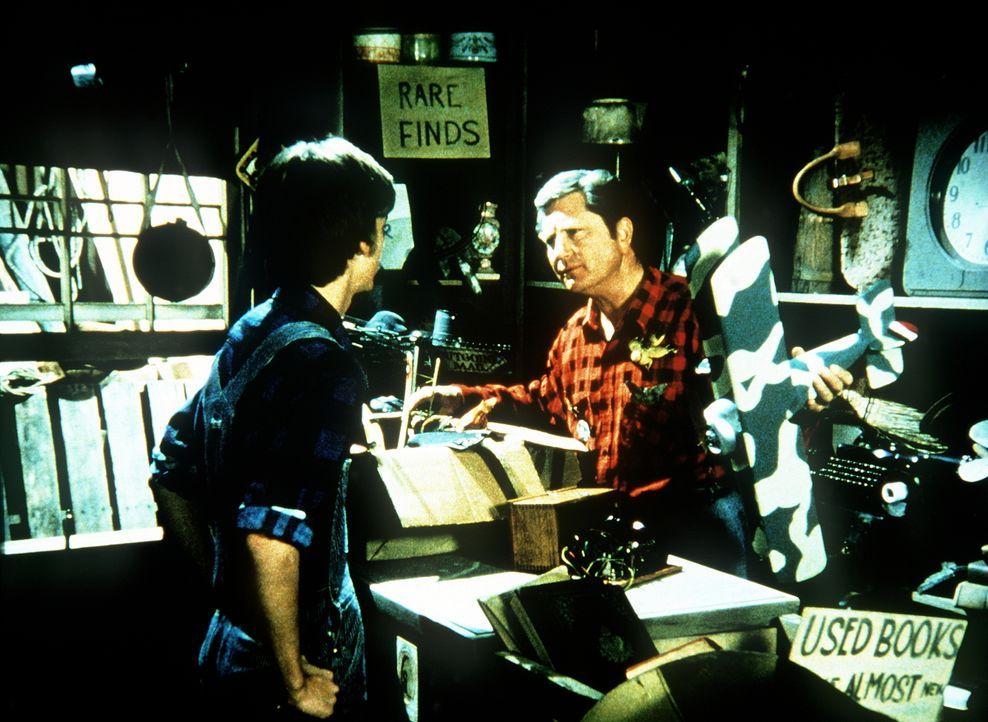 Nachdem Jim Bob (David W. Harper, l.) klar geworden ist, dass er nicht Pilot werden kann, verkauft er einem Trödler (Barry Cahill, r.) alles, was ih... - Bildquelle: WARNER BROS. INTERNATIONAL TELEVISION