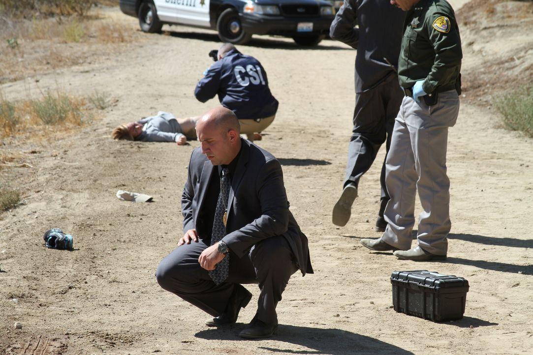 Die Polizei ist ratlos: Eine junge Frau wird tot auf einer Forststraße von Aberdeen, Washington gefunden. Detective Lane Youman (vorne) kann den Mör... - Bildquelle: LMNO Cable Group