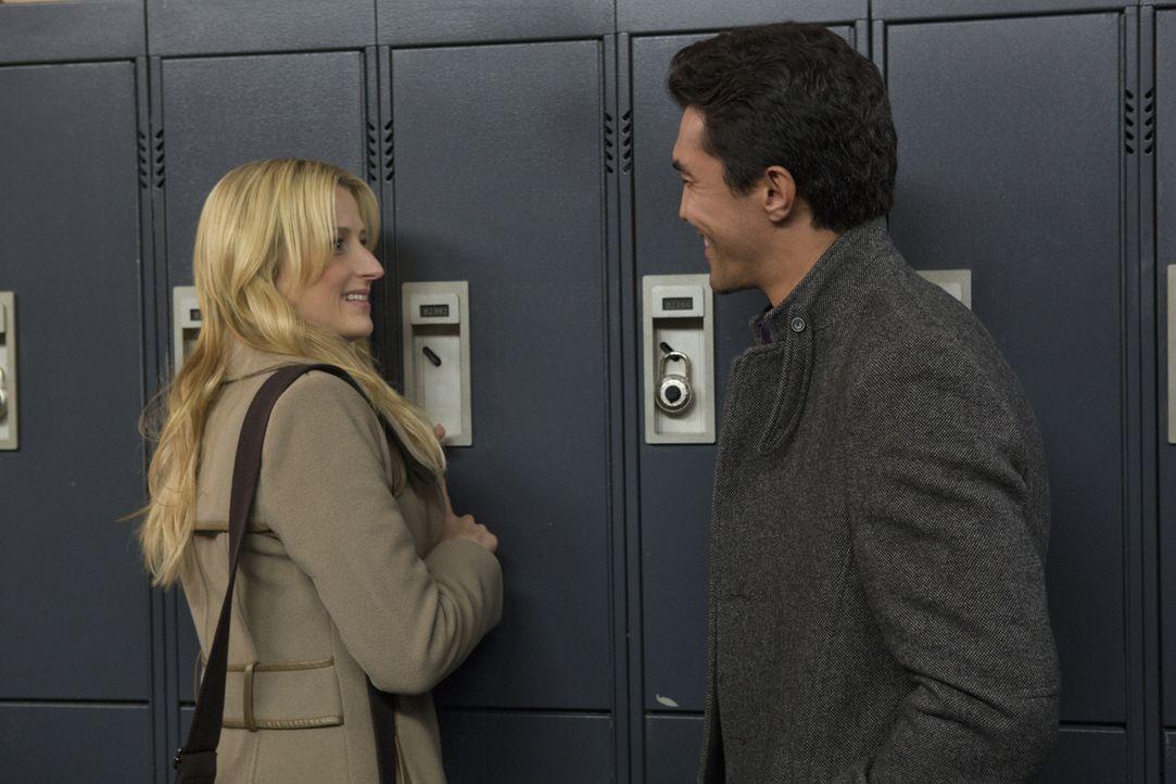 Kann sich Emily (Mamie Gummer, l.) den Flirtversuchen von Dr. Putnam (Ian Anthony Dale, r.) entziehen? - Bildquelle: 2012 The CW Network, LLC. All rights reserved.