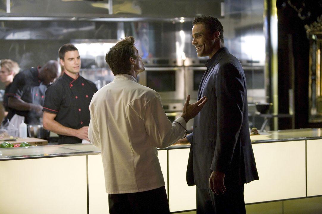 Marcello (Ethan Erickson, M.) nutzt nicht nur faire Mittel, um sich bei seinem Vorgesetzten Mason (Rick Fox, r.) einzuschleimen. Wird Auggie (Colin... - Bildquelle: 2009 The CW Network, LLC. All rights reserved.