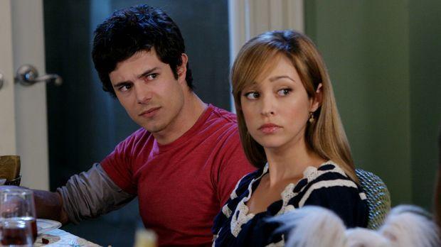 Sind überrascht, als plötzlich Julie in der Tür steht: Seth (Adam Brody, l.)...