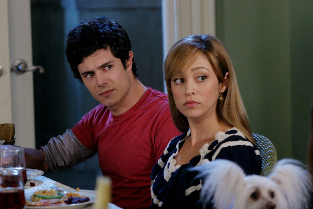 Sind überrascht, als plötzlich Julie in der Tür steht: Seth (Adam Brody, l.) und Taylor (Autumn Reeser, r.) ... - Bildquelle: Warner Bros. Television