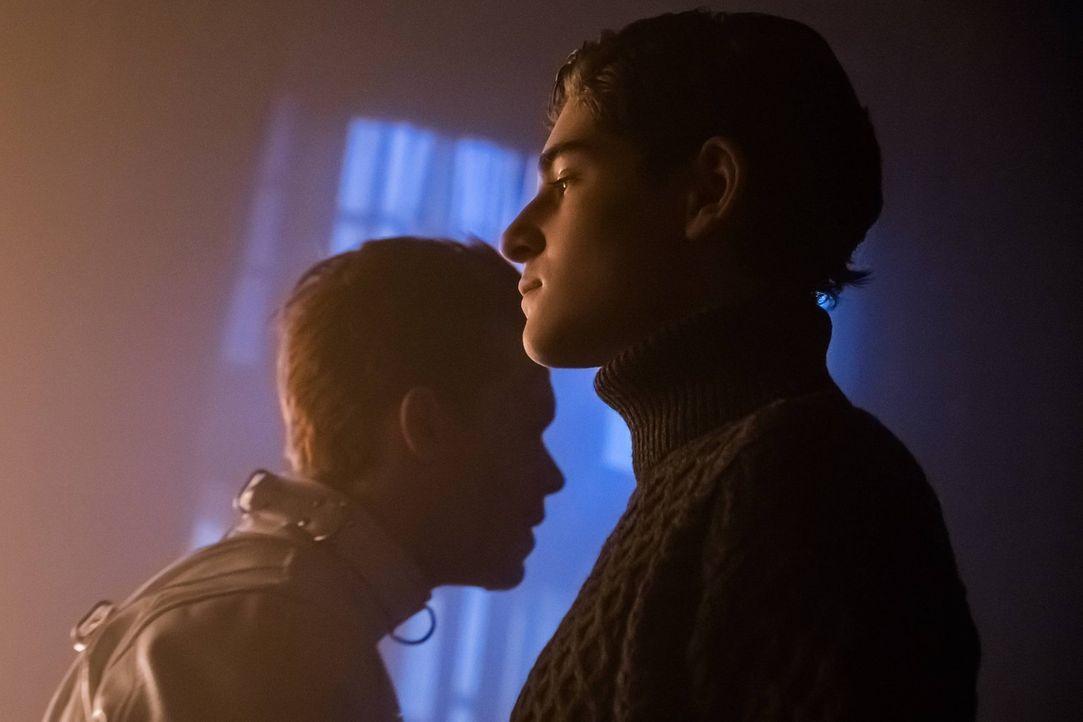 Bruce (David Mazouz, r.) und Alfreds Sicherheit ist durch den völlig losgelösten Jerome (Cameron Monaghan, l.), der nur ein Ziel im Kopf hat, gefähr... - Bildquelle: Warner Brothers