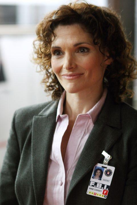 Anne (Mary Elizabeth Mastrantonio) ist sehr froh, dass die Spezialeinheit des FBI ihr helfen will. - Bildquelle: Warner Bros. Entertainment Inc.