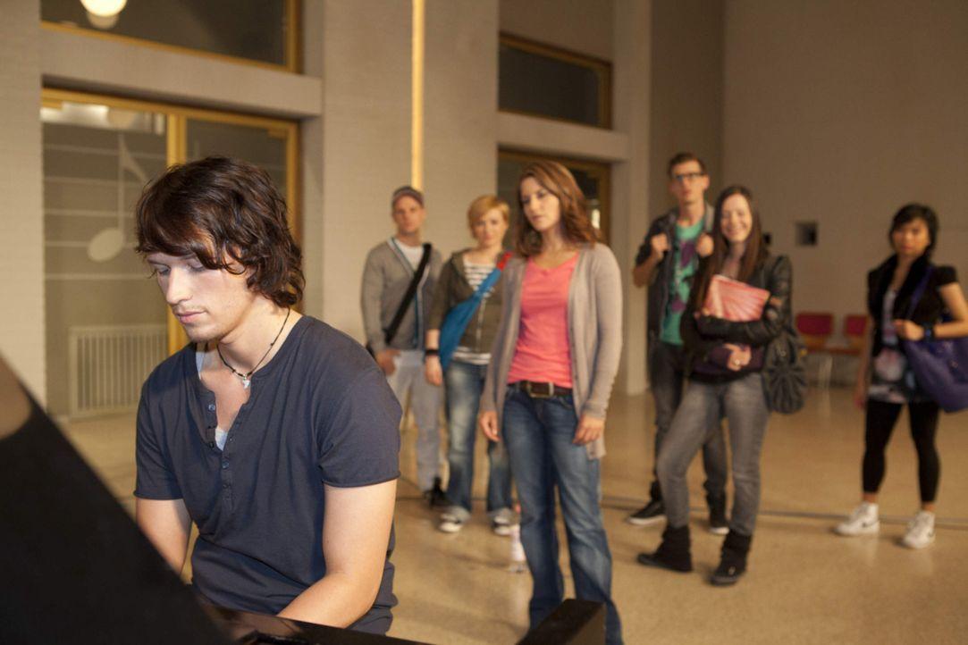 Nach ihrem Kuss geht Bea (Vanessa Jung, M.) Ben (Christopher Kohn, l.) aus dem Weg. Dann erfährt sie jedoch, dass er auch an der Musik-AG teilnehme... - Bildquelle: David Saretzki SAT.1
