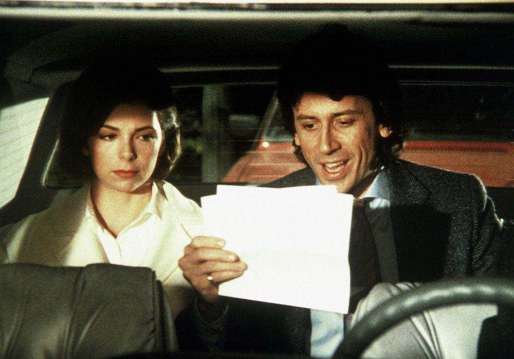 Malcolm Burling (Richard Cox, r.) freut sich: Sally (Melanie Jones, l.) hat für ihn Dokumente geraubt, die für ihn sehr, sehr viel Geld bedeuten ...