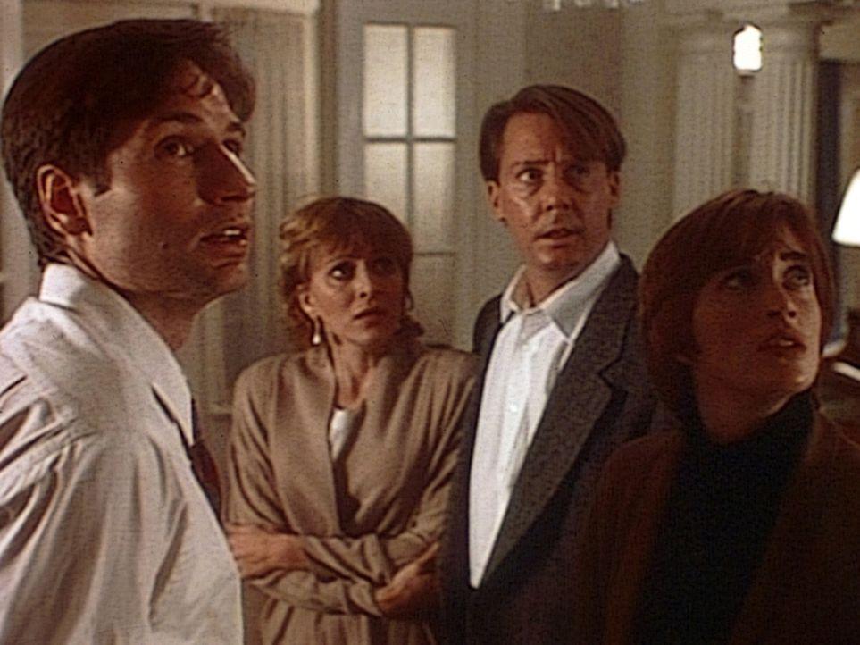 Mulder (David Duchovny, l.) wird von seiner ehemaligen Freundin Phoebe (Amanda Pays, r.), die für Scotland Yard arbeitet, um Unterstützung gebeten... - Bildquelle: TM +   Twentieth Century Fox Film Corporation. All Rights Reserved.