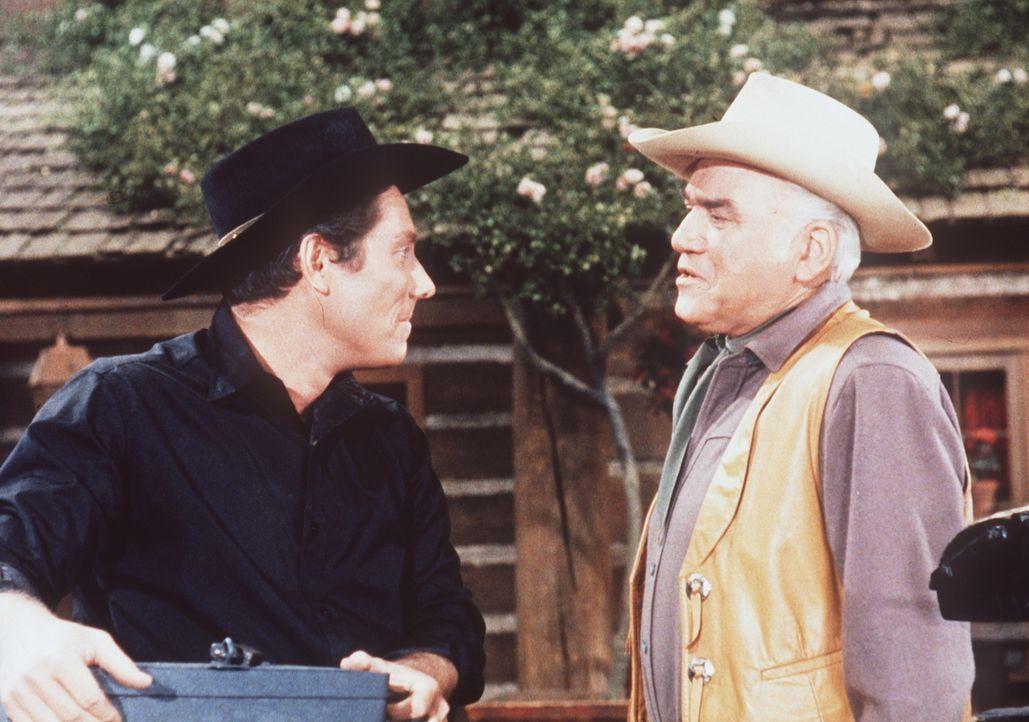 Gilly Maples (Alan Bergmann, l.) genießt Bens (Lorne Greene, r.) volles Vertrauen. - Bildquelle: Paramount Pictures