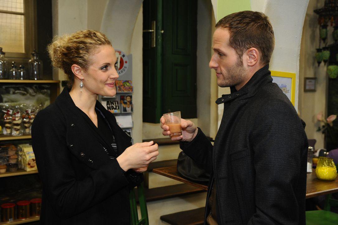Maja (Barbara Lanz, l.) ist sehr erfreut, als sich David (Lee Rychter, r.) mit ihr verabredet ... - Bildquelle: SAT.1