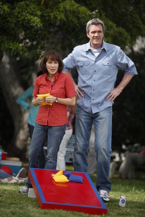 Sie sind gar nicht erfreut, dass ihr Sohn Axl wieder mit der herrischen und bissigen Cheerleaderin Morgan zusammen ist: Frankie (Patricia Heaton, l.... - Bildquelle: Warner Brothers
