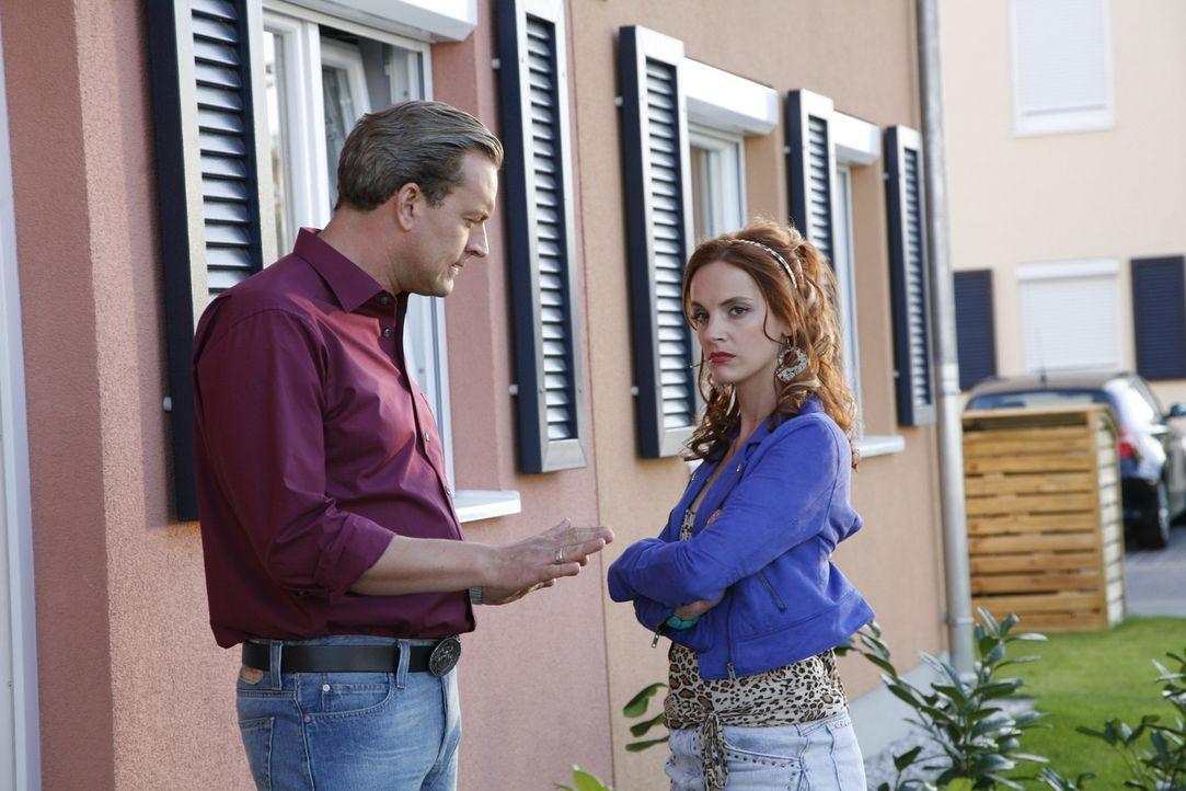 Manu (Marie Zielcke, r.) ist sauer, denn ihr Ex Ralf (Christian Kahrmann, l.) teilt ihr mit, dass Daniel bis zum Prozess bei ihm bleiben wird ... - Bildquelle: Sat.1