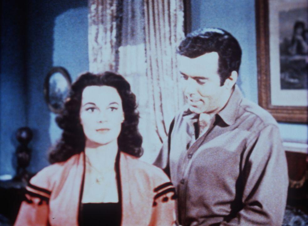Mit etwas Charme versucht Adam Cartwright (Pernell Roberts, r.), das Geheimnis der vermeintlichen Adeligen Isabella (Patricia Medina, l.) zu lüften. - Bildquelle: Paramount Pictures
