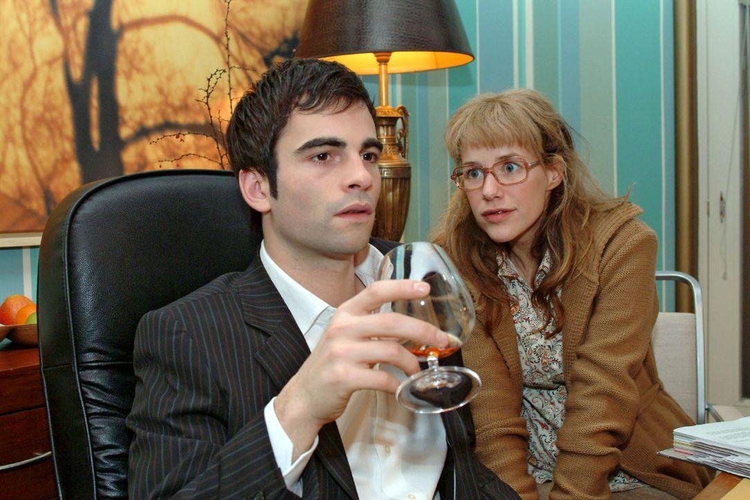 Lisa (Alexandra Neldel, r.) ist glücklich, David (Mathis Künzler, l.) - zumindest im Büro - so nahe sein zu können. (Dieses Foto von Alexandra N... - Bildquelle: Sat.1
