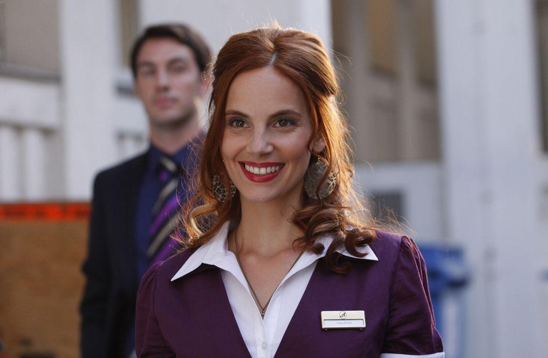 Manu (Marie Zielcke, r.) bekommt von Mark Braun (Arne Stephan, l.) eine letzte Chance, ihren Job im Hotel zu behalten. Doch als ein lüsterner Gast... - Bildquelle: Sat.1