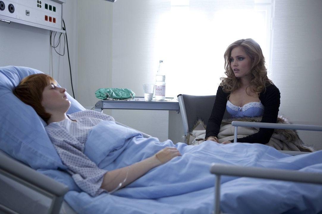 Caros (Sonja Bertram, r.) ehrliche Sorge um Sophie (Franciska Friede, l.), führt zu einer vorsichtigen Widerannäherung der beiden ... - Bildquelle: SAT.1