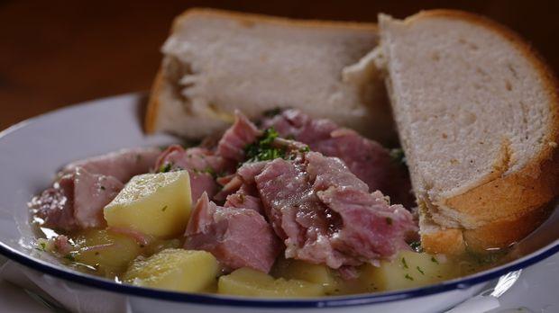 In Dublin genießt Andrew Zimmern nationale Köstlichkeiten wie geräucherten La...