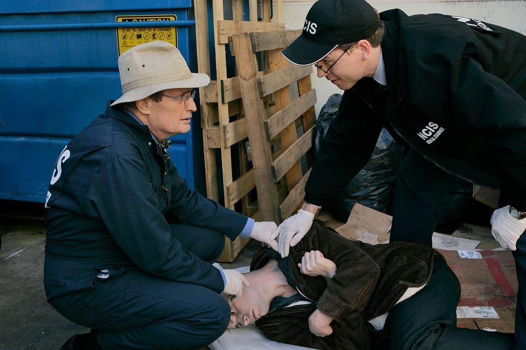 Ermitteln in einem neuen Mordfall: Ducky (David McCallum, l.) und Jimmy (Brian Dietzen, r.) ... - Bildquelle: CBS Television
