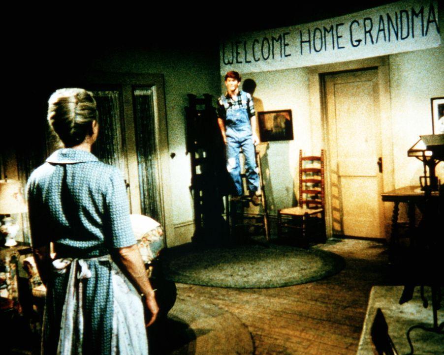 Jason Walton (Jon Walmsley, r.) zeigt seiner Mutter Olivia (Michael Learned, l.) die Überraschung für seine Großmutter ... - Bildquelle: WARNER BROS. INTERNATIONAL TELEVISION