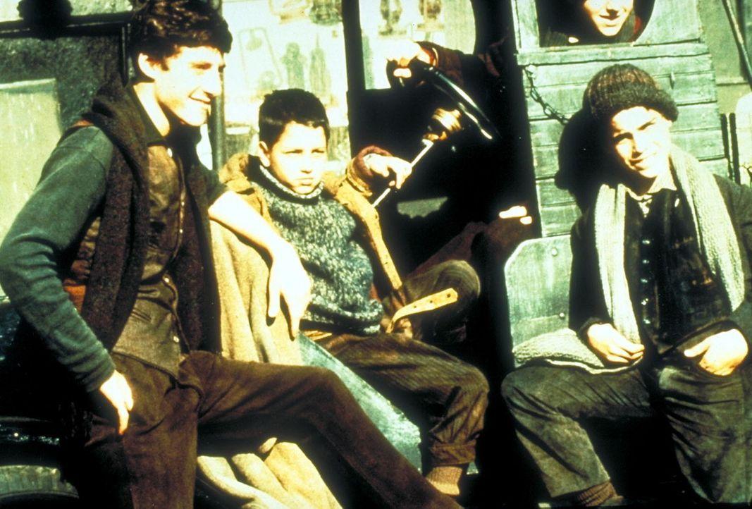 In den zwanziger Jahren auf der Lower East Side in New York: Noodles (Scott Tiler, r.), Fat Moe (Mike Monetti, M.) und Max (Rusty Jacobs, l.) bilden... - Bildquelle: Warner Bros.
