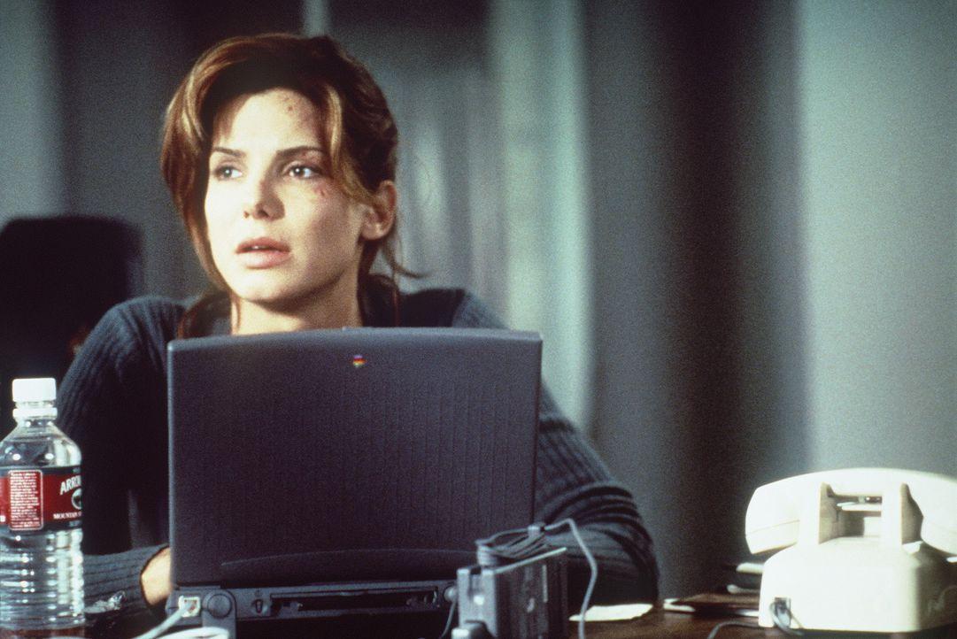 Vor Angela (Sandra Bullock) tut sich ein gewaltiges Komplott auf ... - Bildquelle: Columbia Pictures Corporation