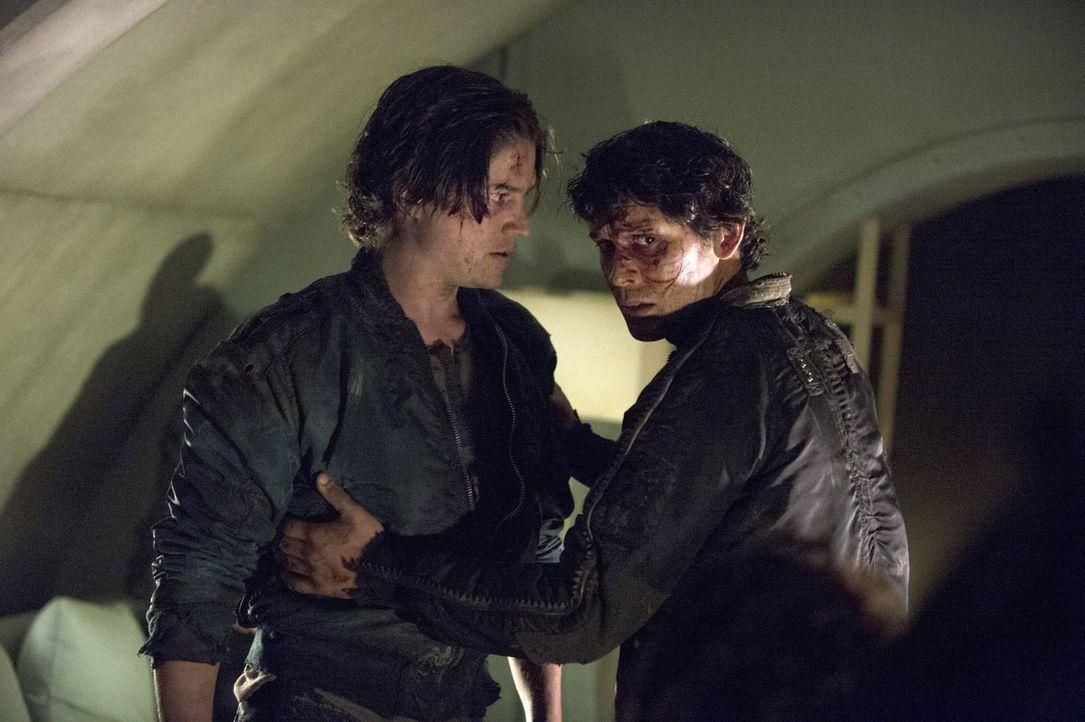 Nach ihrer Flucht aus dem Arc machen sich Finn (Thomas McDonell, l.), Bellamy (Bob Morley, r.) und Murphy auf eine gefährliche Suche nach den andere... - Bildquelle: 2014 Warner Brothers