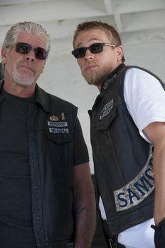 Sons of Anarchy - Noch ahnt Jax (Charlie Hunnam, r.) nicht, welches Spielchen...