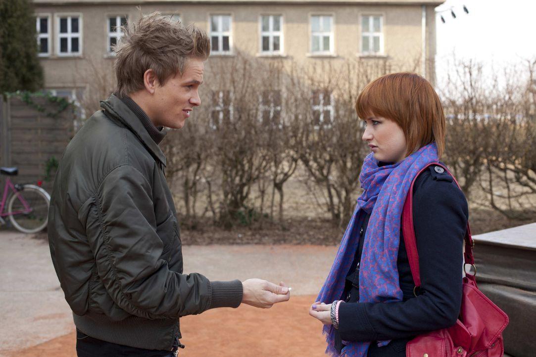 Nach alldem was geschehen ist, versichert sich Ronny (Frederic Heldorn, l.) des Stillschweigens von Sophie (Franzicka Friede, r.) ... - Bildquelle: SAT.1