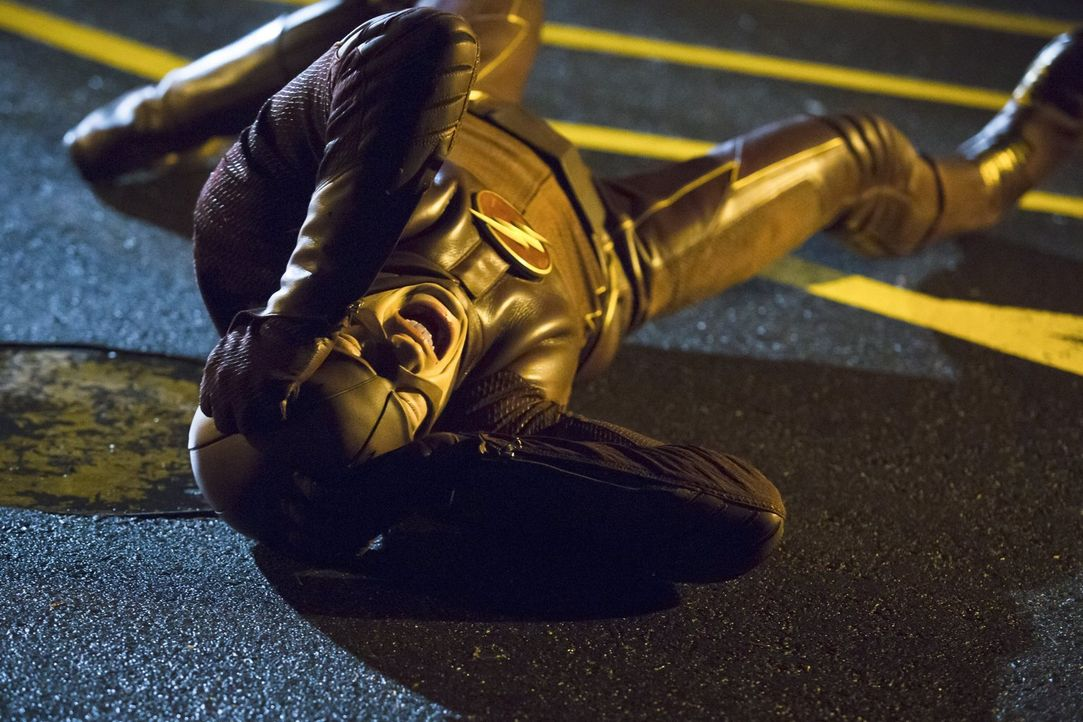 Wird durch eine bestimmte Frequenz von Hartley Rathaway alias Pied Piper außer Gefecht gesetzt: Barry alias The Flash (Grant Gustin) ... - Bildquelle: Warner Brothers.