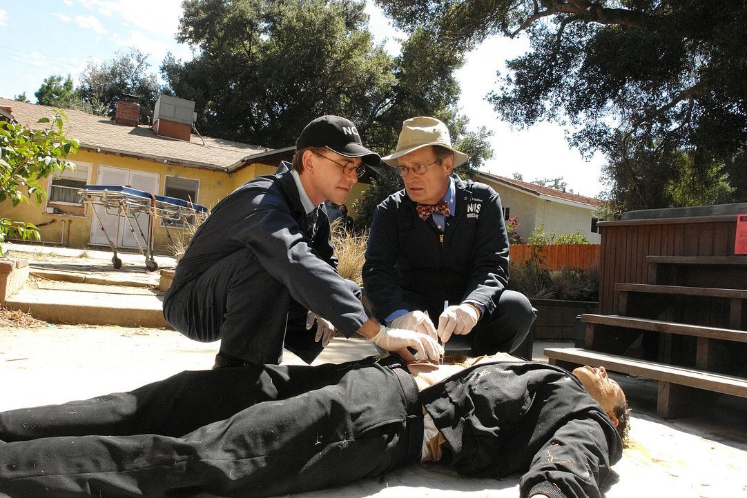 Untersuchen den Tatort: Ducky (David McCallum, r.) und Jimmy (Brian Dietzen, l.) ... - Bildquelle: CBS Television