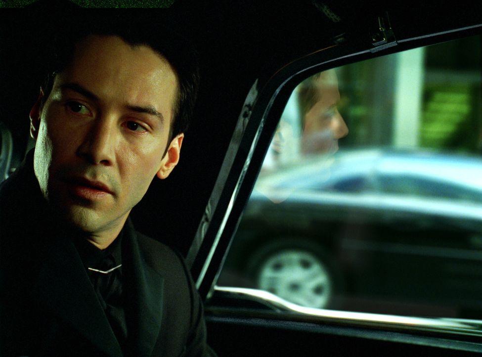 Ein letztes Mal gibt das Orakel Neo (Keanu Reeves) Ratschläge, doch diese könnten ebenso Täuschung sein wie alles andere im gewaltigen Konzept der M... - Bildquelle: Warner Bros.