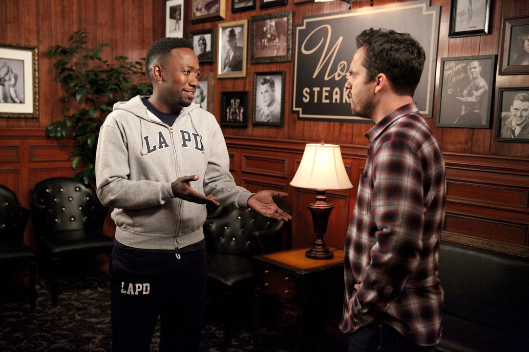 Beginnen einen Streit darüber, wer den schwierigeren Job hat: Winston (Lamorne Morris, l.) und Nick (Jake Johnson, r.) ... - Bildquelle: Adam Taylor 2016 Fox and its related entities.  All rights reserved.
