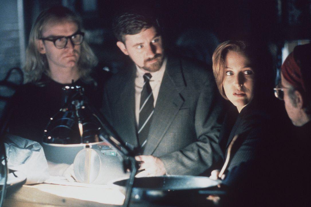 Langley (Dean Haglund, l.), Byers (Bruce Harwood, 2.v.l.) und Frohike (Tom Braidwood, r.) helfen Scully (Gillian Anderson, 2.v.r.), die Daten des Fl... - Bildquelle: TM +   2000 Twentieth Century Fox Film Corporation. All Rights Reserved.