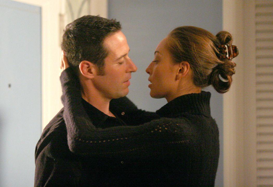 Kommen sich näher: Liz Warner (Aya Sumika, r.) und Don (Rob Morrow, l.) ... - Bildquelle: Paramount Network Television