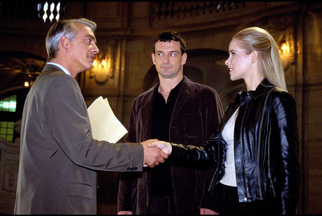 Felix (Christoph M. Ohrt, l.) vertritt William Heinkes (Thomas Sarbacher, M.) in dessen Scheidungssache. Als der Anwalt zufällig die andere Partei,... - Bildquelle: Hardy Spitz Sat.1