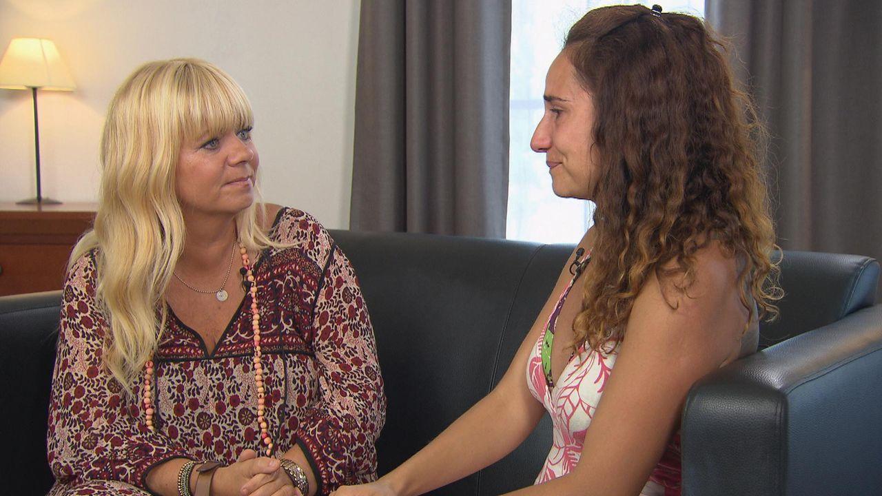 Dana (r.) sucht nach ihrem Vater Ricardo. Kann Julia Leischik (l.) helfen, endlich deren Wunsch zu erfüllen, damit sie ihren Vater in die Arme schli... - Bildquelle: SAT.1