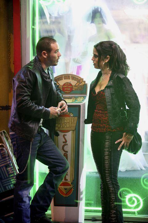 Geraten aneinander: Hilda (Ana Ortiz, r.) und Santos (Kevin Alejandro, l.) ... - Bildquelle: Buena Vista International Television