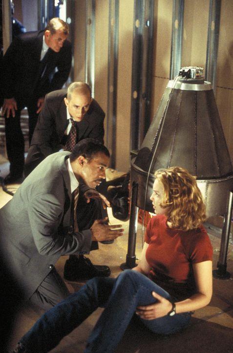 Als Terroristen die Atombombe in die Hände fällt, beginnt für den Agenten Winston (Michael Beach, l.) und Aizy (Katherine Heigl, r.) ein gnadenlo... - Bildquelle: 2003 NBC, Inc. All rights reserved.