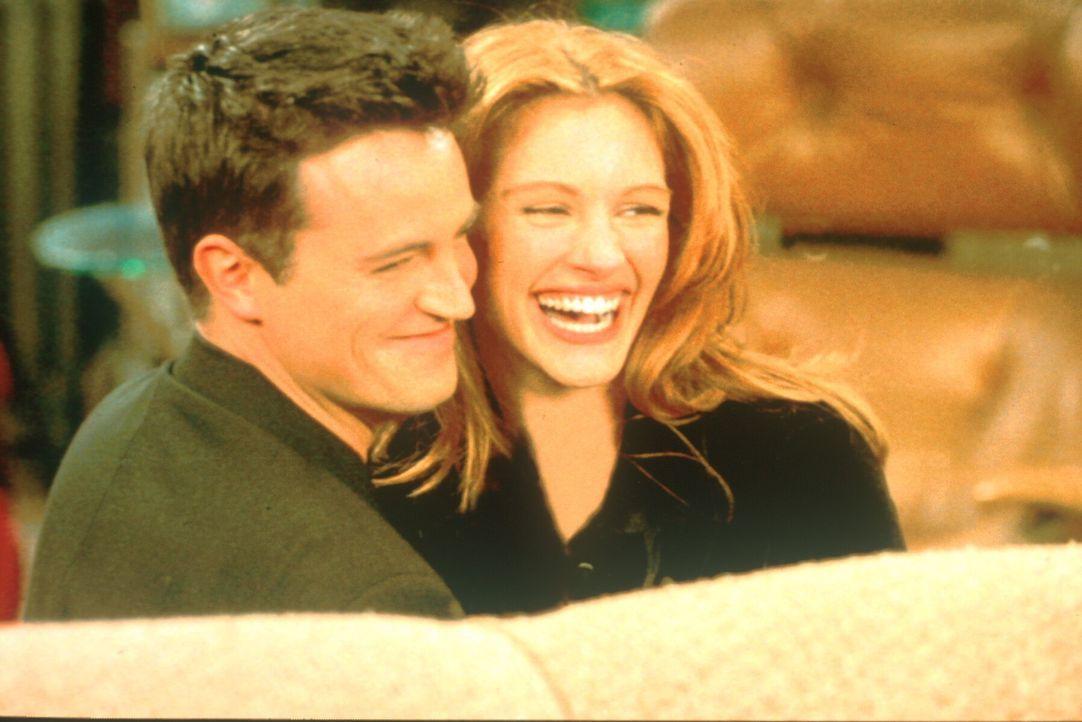 Suzie (Julia Roberts, r.) will sich an Chandler (Matthew Perry, l.) wegen eines Jugendstreiches rächen ... - Bildquelle: TM+  2000 WARNER BROS.